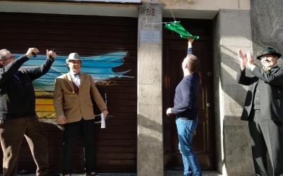 Moment de la inauguració de la placa commemorativa amb el regidor Carles de la Rosa | Helena Molist