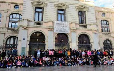 Tots els infants participants en el CuEmE i els representants polítics davant de l'Ajuntament | Helena Molist