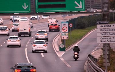 Un cartell avisa als conductors que entren a la Zona de Baixes Emissions de Barcelona a la sortida 4 de la Ronda de Dalt el 2 de gener del 2019 | Miquel Codolar