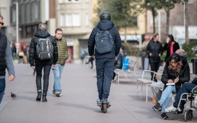 Imatge d'un patinet elèctric circulant pel Passeig | Roger Benet