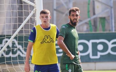 Xiker, en un entrenament del primer equip del Betis amb Borja Iglesias | Real Betis