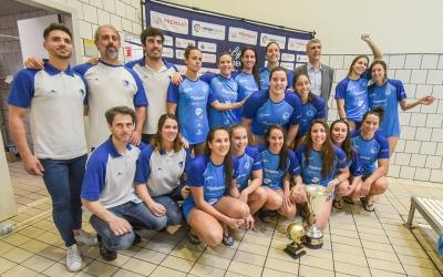 El Natació Sabadell celebrant la Copa de la Reina conquerida la passada temporada | Roger Benet
