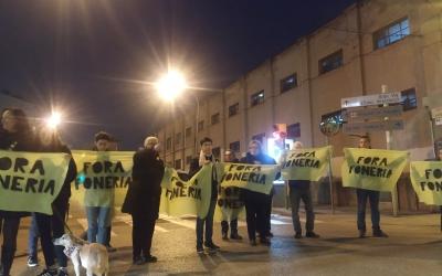 Membres del Moviment Veïnal del Sud protestant davant de la foneria Suñer   Cedida