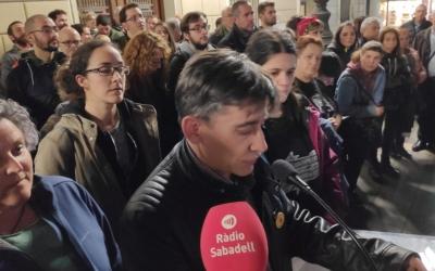 Lluís Perarnau prenent la paraula amb membres de La Crida al costat | Pau Duran
