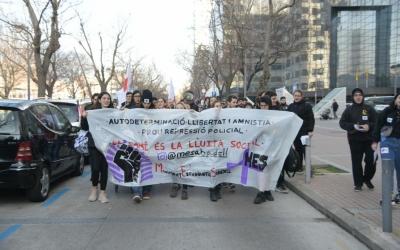Els manifestants dirigint-se cap a la plaça Sant Roc | Roger Benet