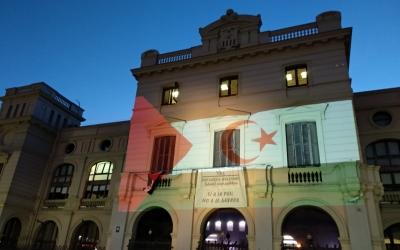 La bandera sahrauí a la façana de l'Ajuntament   Helena Molist