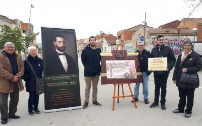 Membres de l'Associació Cultural Can Feu, amb una recreació del diploma de reconeixement a Olzina/ Karen Madrid