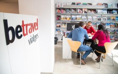 Una parella s'informa en una agència de viatges | Roger Benet