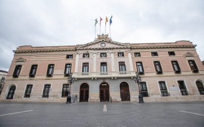 Façana de l'Ajuntament, a plaça Sant Roc/ Roger Benet