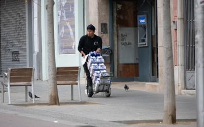 Un treballador durant l'estat d'alarma a Sabadell | Roger Benet
