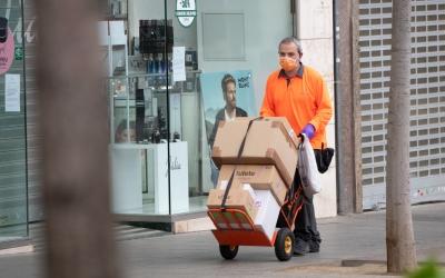 Un repartidor amb mascareta/ Roger Benet