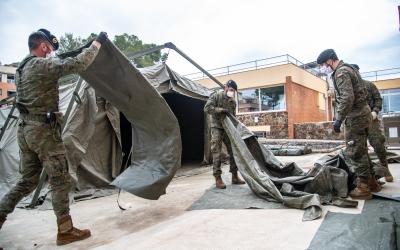 Unitats de l'exèrcit muntar els equips per desinfectar la residència Els Jardins de Castellarnau | Roger Benet