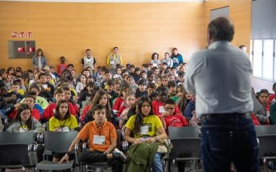 L'auditori de Cal Balsach, amb els alumnes dels 8 centres/ Roger Benet