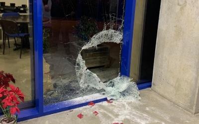 La porta d'una de les empreses afectades per vandalisme a Can Roqueta/ Cedida CIESC