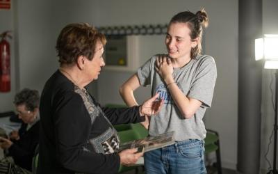 La periodista Helena Molist durant la gravació del documental amb una de les protagonistes | Roger Benet