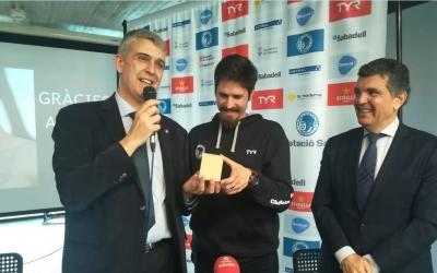 Aschwin Wildeboer ha rebut un rellotge en mans del president del CN Sabadell, Claudi Martí. A la dreta, el president de la Federació catalana, Enric Bertrán | Sergi Park