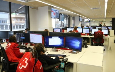 Una voluntària de Creu Roja trucant a un usuari per informar-lo sobre el coronavirus | ACN