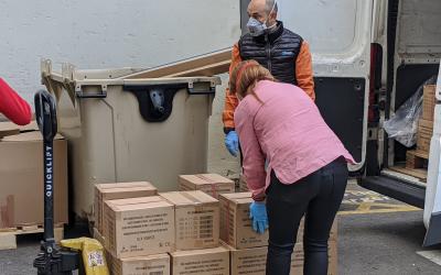 Imatge d'Ana Maria Muñoz descarregant les caixes de guanyts donades al Taulí | Cedida