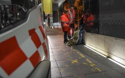 Els voluntaris de Creu Roja atenent un sense sostre   Roger Benet