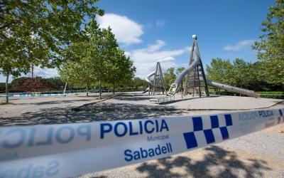 Els infants no podran anar als parcs infantils que segueixen precintats   Roger Benet