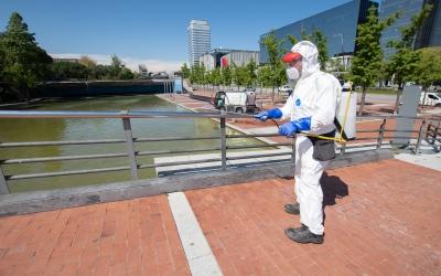 Un operari d'SMATSA desinfectant el Parc Catalunya aquest matí | Roger Benet