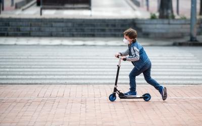 Un nen al carrer en el primer dia de sortida després de més de 40 dies de confinament   Roger Benet
