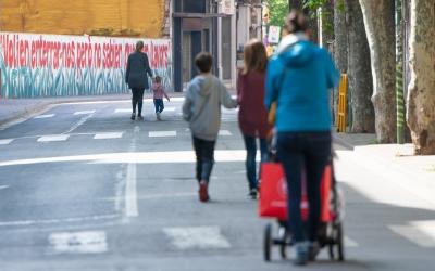 Ciutadans caminant aquest matí per la Via Massagué | Roger Benet