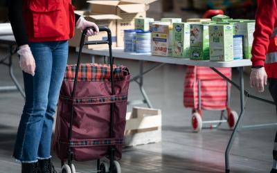 El repartiment d'aliments canvia per targetes moneder | Roger Benet