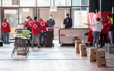 Un dels punts de repartiment d'aliments s'ha ubicat a Fira Sabadell | Roger Benet