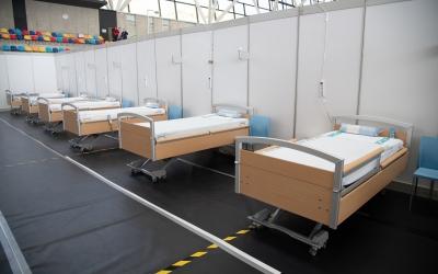 Imatge dels llits ja instal·lats a la Pista Coberta