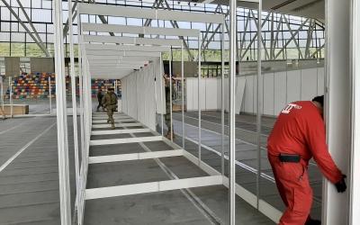 Un operari muntant els panells de l'Hospital Temporal | Ajuntament de Sabadell