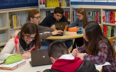 Alumnes treballant amb ordinadors portàtils/ ACN
