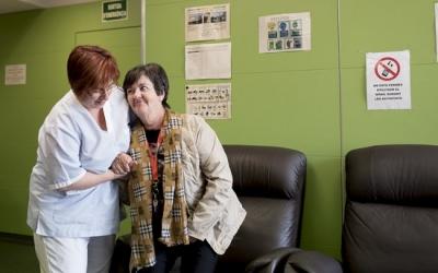 Una assistent ajuda una usuària del Servei d'Atenció Domiciliària | ACN