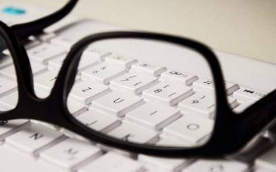 Unes ulleres sobre un teclat/ Cedida