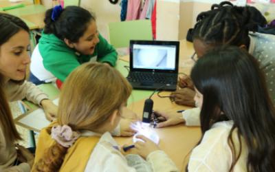El programa CROMA s'ha adaptat de manera telemàtica per mantenir el suport als infants més desfavorits / UAB