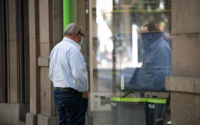 Un home contempla un aparador al centre de Sabadell | Roger Benet