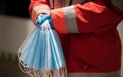 Voluntaris de la Creu Roja repartint mascaretes als sabadellencs | Roger Benet