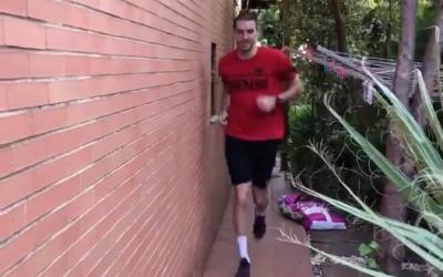 Rodríguez, entrenant al jardí de casa de la seva parella | @XyysObst