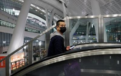Un passatger porta una màscara en una estació de tren de Hong Kong   ACN