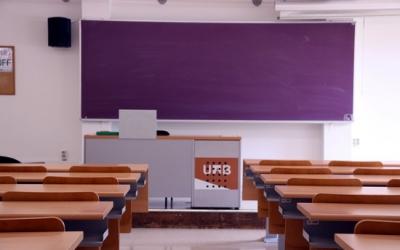 Una aula de la Facultat de Ciències de Comunicació de la UAB buida el 13 de març de 2020 | ACN