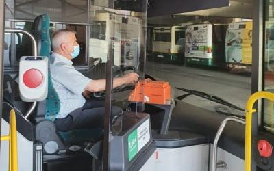 Un conductor de la TUS, amb la nova pantalla de metacrilat/ Cedida TUS