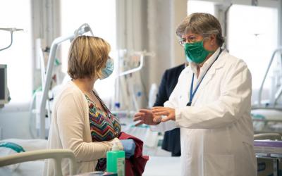 Alba Vergés conversa amb el doctor Lluís Blanch en una visita al Taulí | Roger Benet
