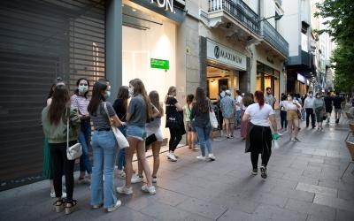 Un grup de gent fa cua per entrar a un establiment de la Rambla | Roger Benet