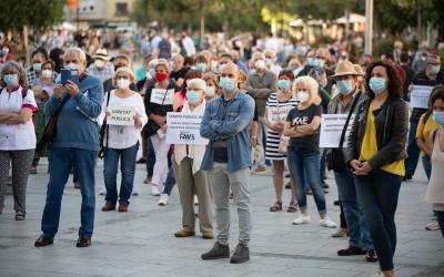 400 persones homenatgen les víctimes de la Covid-19 en l'acte de laFAVSabadell | Roger Benet