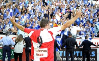 Icònica imatge de Joaquín celebrant l'ascens davant de l'afició | Marca