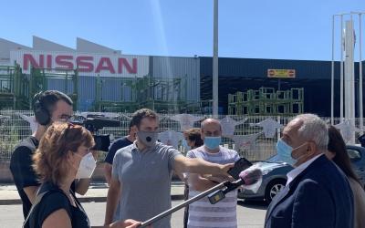 Laura Campos i Josep Maria Catalán atenent els mitjans al Polígon Industrial Pla d'en Coll | Cedida