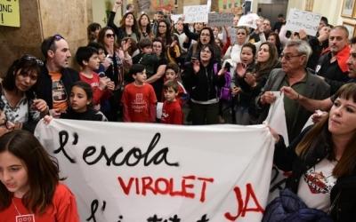 Famílies de l'escola Virolet reclamant la construcció del centre al Ple municipal/ Roger Benet