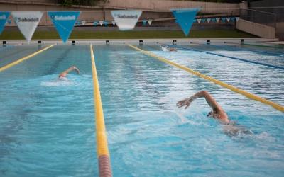 La piscina exterior de Can Llong s'ha tornat a omplir de nedadors aquest matí | Roger Benet