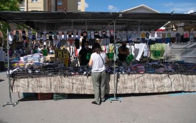 Una parada del mercat ambulant de La Creu Alta/ Roger Benet