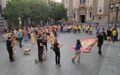 Un centenar de persones s'han concentrat a la plaça de Sant Roc per demanar l'absolució dels encausats | Pau Duran
